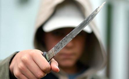 Мъж наръга с нож трима души