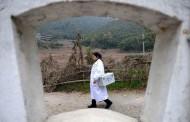 Ветеринари лекуват бабите по селата
