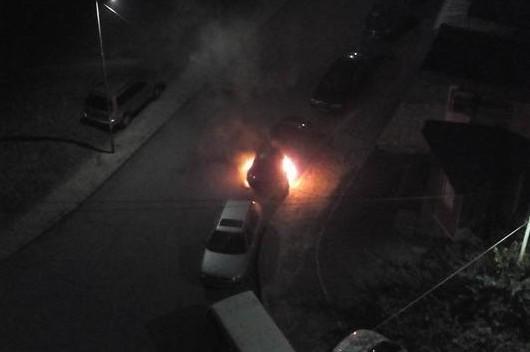 Запалиха мерцедеса на 22-годишен младеж от Айтос