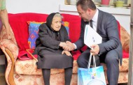 Стогодишна жена от Каблешково получи подаръци от кмета Иван Алексиев