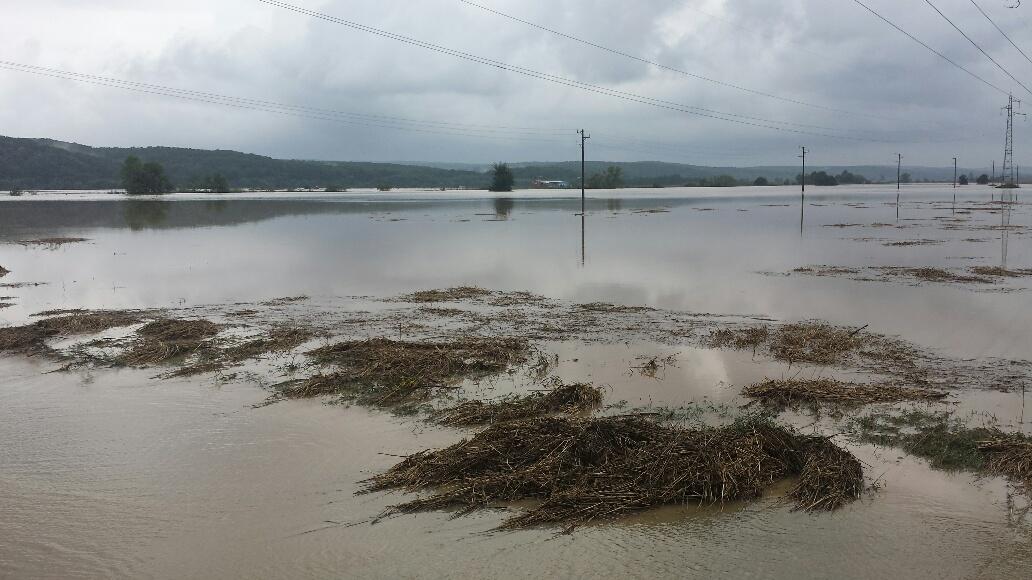 Два моста в Полски извор са под вода. Има наводнени къщи в Трояново