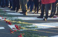 Плътен кордон блокира пътя за Созопол. Обсипаха платното с червени карамфили в памет на 16-годишния Костадин