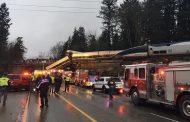 Влак дерайлира и падна на натоварена магистрала в САЩ