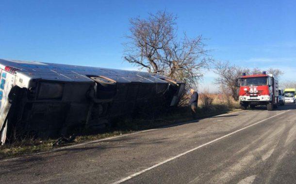 Автобус се заби в дърво, двама са загинали