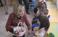 Децата в Черни връх са щастливи - детската им градина е преобразена. Манолова ги черпи с бонбонки /ВИДЕО/