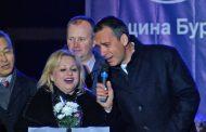 Кметът пя с Тони Димитрова, запалиха Коледните светлини (видео)