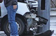 Мъж е с опасност за живота след като автомобил се заби в тролейбусен стълб /снимки/
