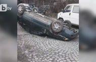 Вятърът обърна автомобили на няколко места в страната