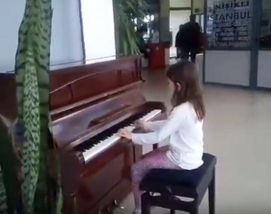 Първокласничката Стефани отскоро посещава уроци по пиано