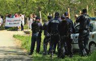 Екозащитници с жива ограда на къмпинг Корал, искат си плажа /видео/