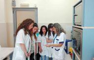 """След практика в """"ЛИНА"""": Студенти от Медицинския колеж в Бургас проявяват интерес към работата в лабораторията"""