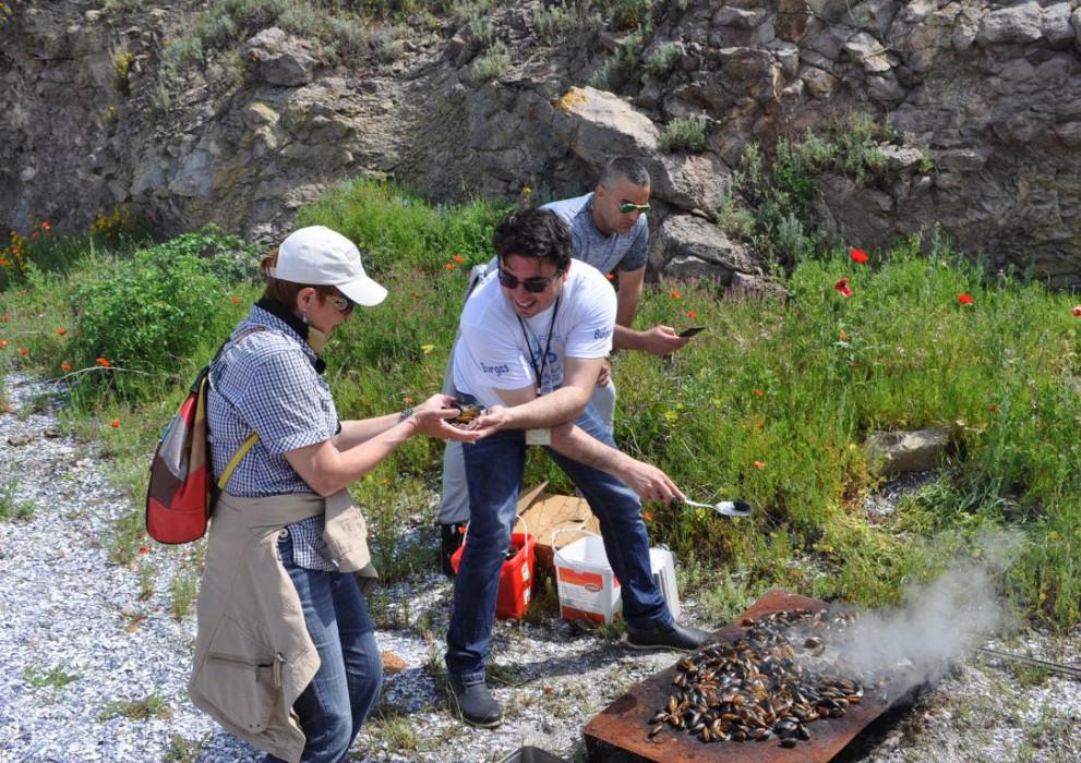 Пресни миди на тенекия връщат спомени на Острова
