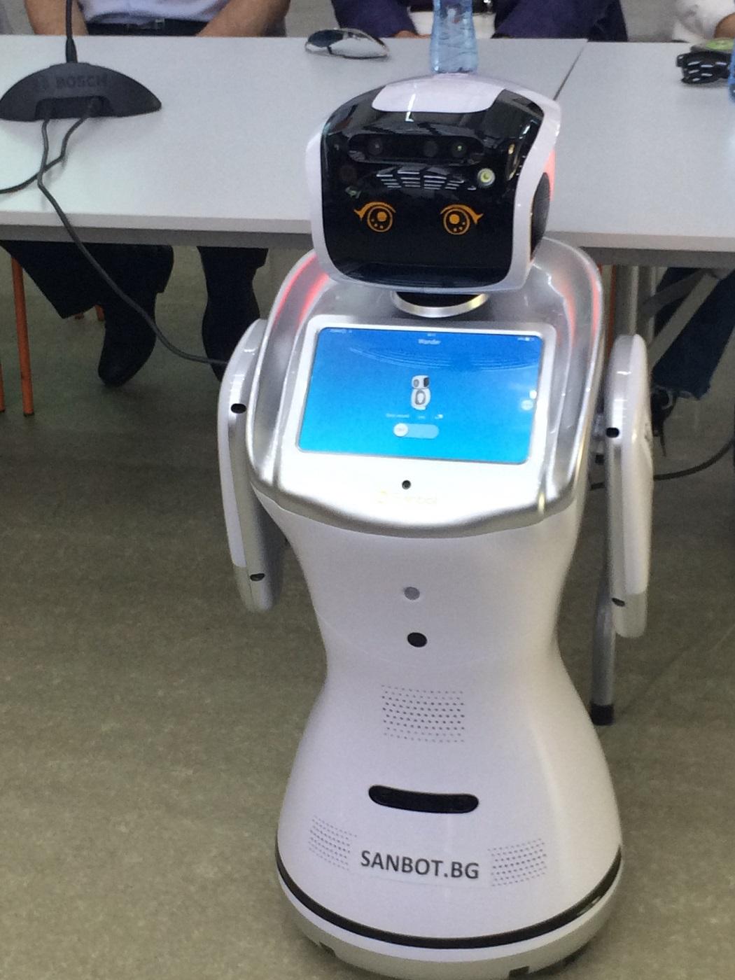 Хуманоиден робот посрещна кандидат-гимназистите в училището по програмиране