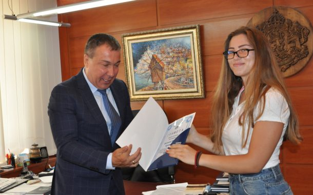 Кметът на Несебър връчи грамоти на зрелостници с отличен успех