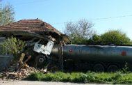 ТИР се удари в къща, шофьорът загина на място