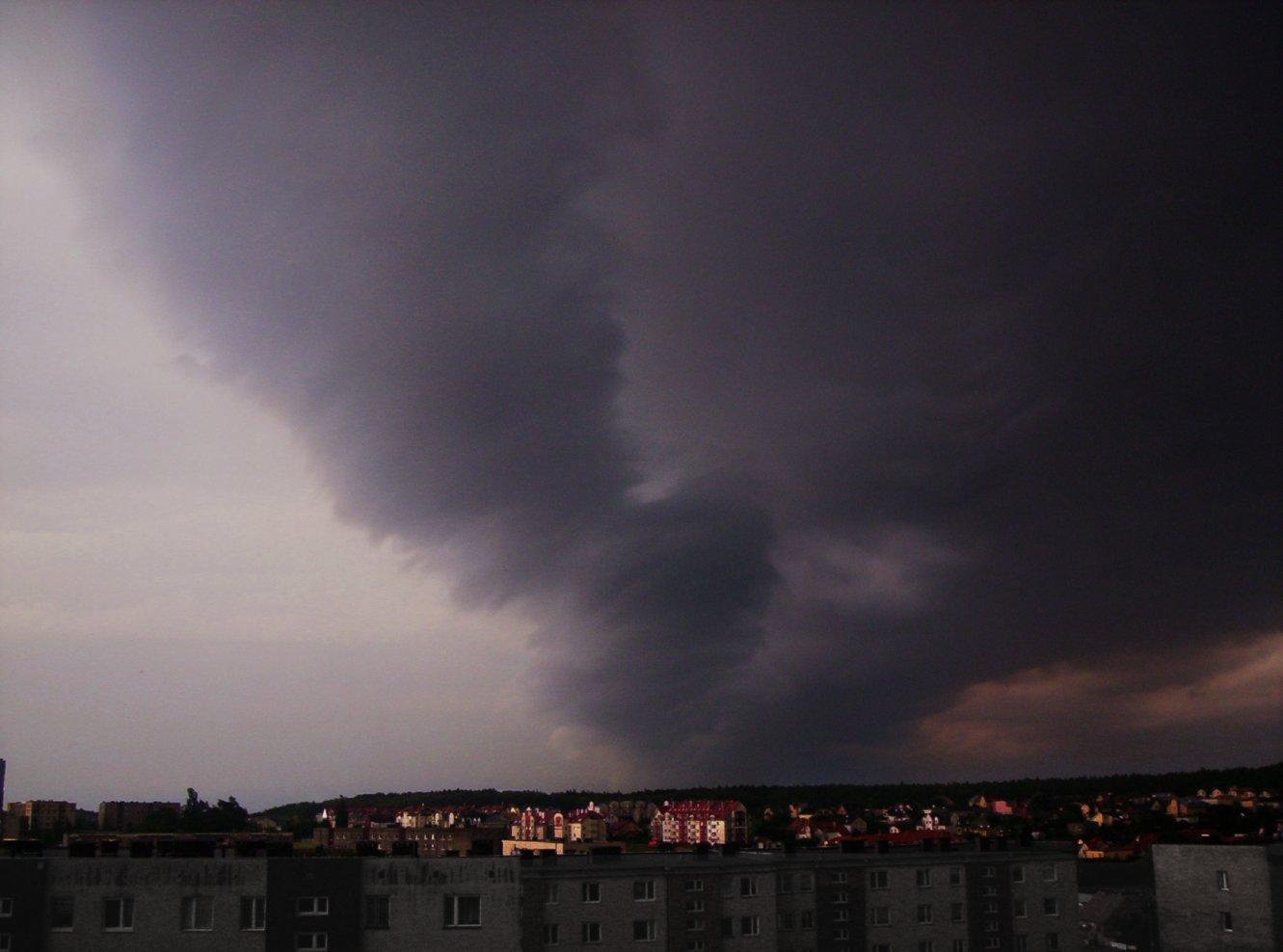 Жълт код за гръмотевични бури в 8 области, до вечерта ще стигнат Карнобат и Елхово