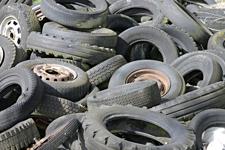 Закопчаха двама 17- годишни младежи, нарязали гумите на три коли в Царево