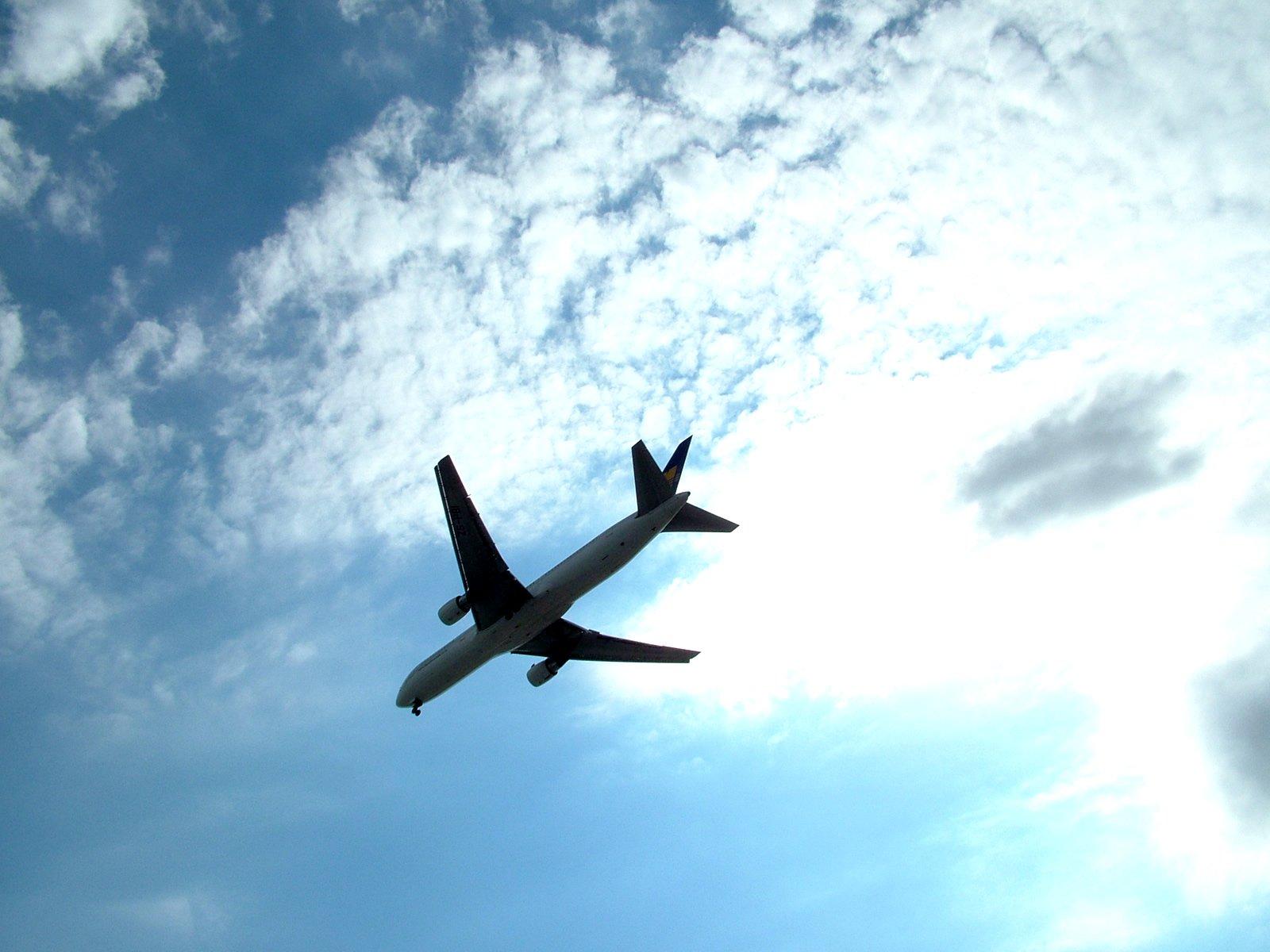 Труп на мъж падна от колесника на самолет в Лондон