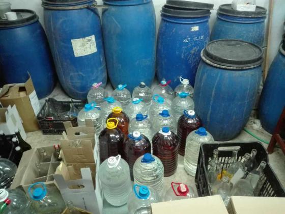 Близо 1 тон нелегален алкохол откриха митничари в гараж в Несебър