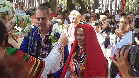 Бен Крос се ожени в Жеравна в българска носия /снимки/
