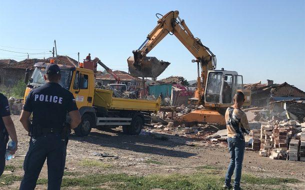 Събориха 35 незаконни постройки в кв.
