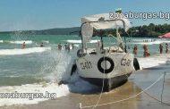 Лодка се заби в плажа в Крайморие, капитанът искал да си купи бира /видео/