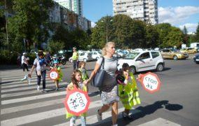 Деца пресичаха пешеходни пътеки в открит урок по безопасно движение
