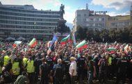Протестиращи пред парламента искат оставката на правителството
