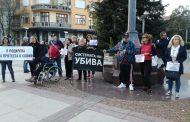 Скромен протест на майките в Бургас. Страх ги е да не им върнат Симеонов от София?