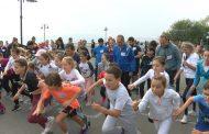 """Деца и родители от училище """"П.Р. Славейков""""  бягаха благотворително в Бургас /видео/"""