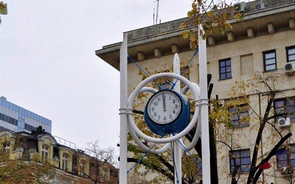 Часовника се счупил, сменят механизма му