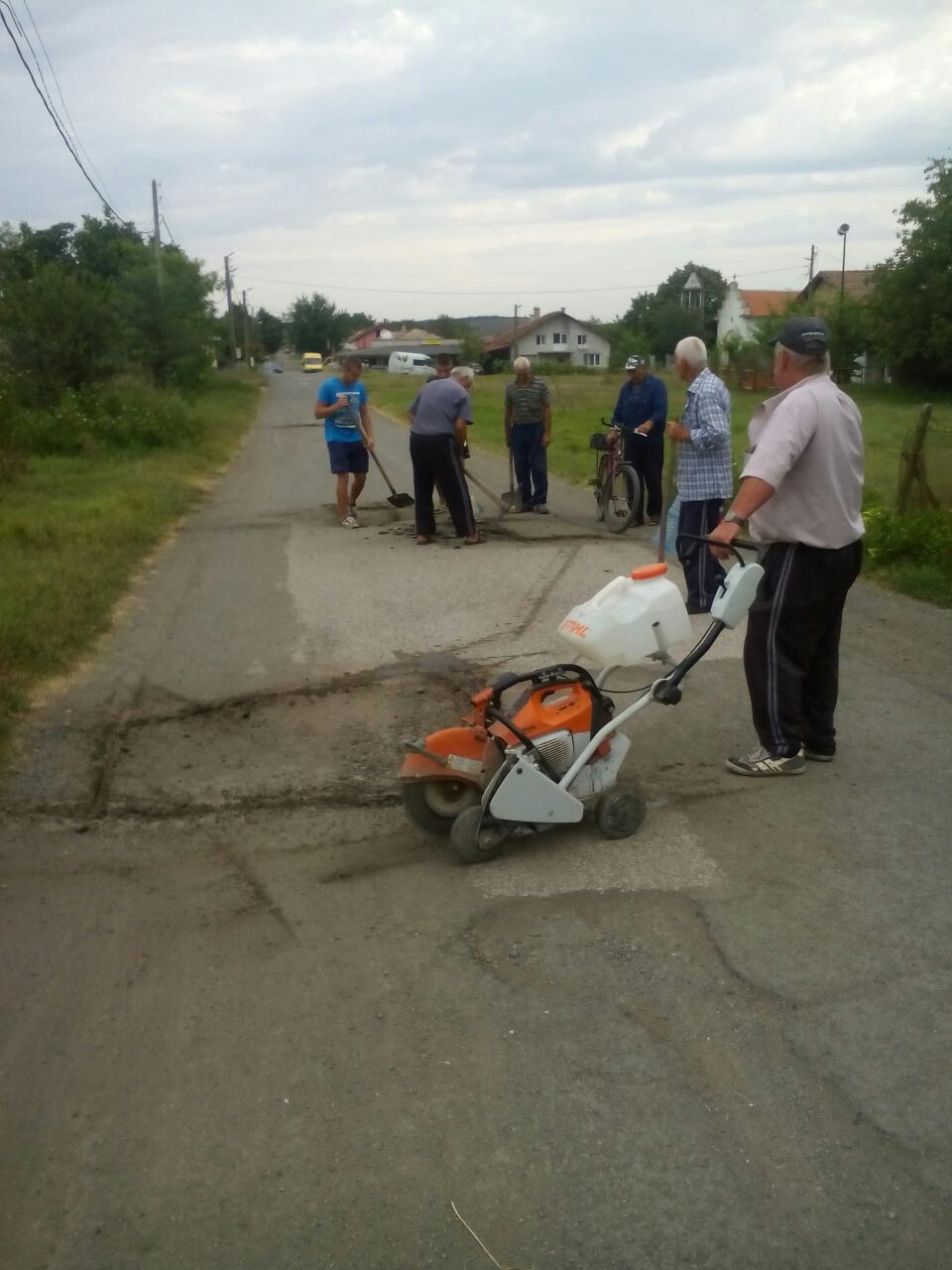 Жители на Желязово си ремонтираха пътя сами (СНИМКИ)