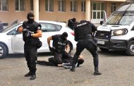 Униформени с качулки заловиха опасен престъпник в бургаско училище /видео/