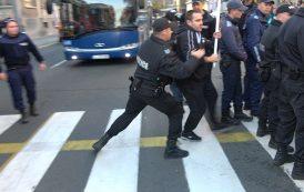Жива верига пред Областната управа в Бургас. Полицията изтласка протестиращите (видео)