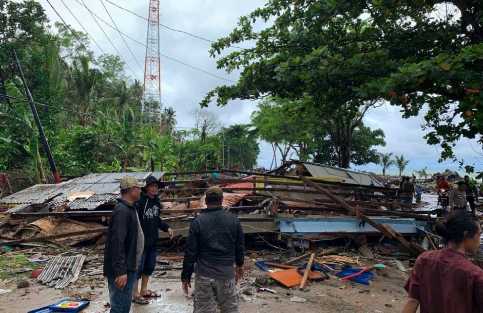 Цунами удари Индонезия. Броят на жертвите расте
