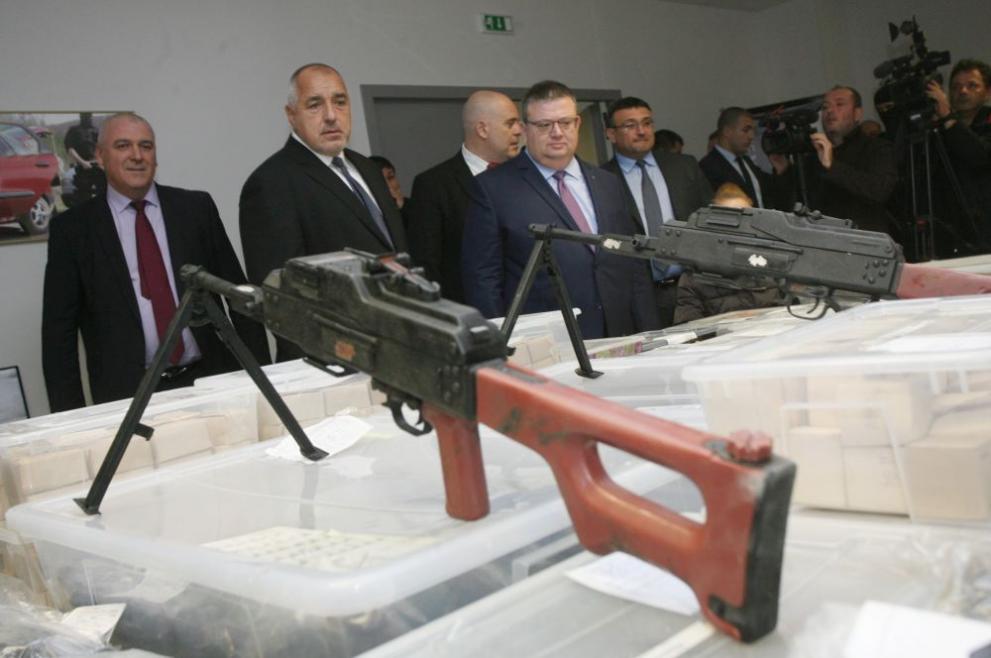 Като на изложба: Показаха рекордно количество оръжия, открити в столичен гараж