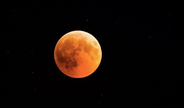 """Над два часа ще може да се наблюдава явлението """"кървава Луна"""" в България"""