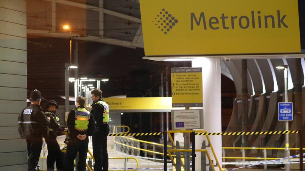 Трима души бяха намушкани на гара в Манчестър