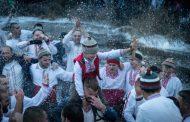 Над 500 мъже се включиха в леденото хоро в Тунджа