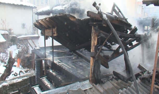 Пожар изпепели къща в центъра на Габрово