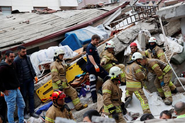Рухна жилищна сграда в Истанбул, има един загинал