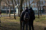 Приятели на прострелялото се в слепоочието 16-годишно момче казват, че си е правил селфи с пистолета