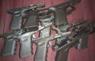 Митнически служители откриха части за пистолети, облепени по тялото на мъж