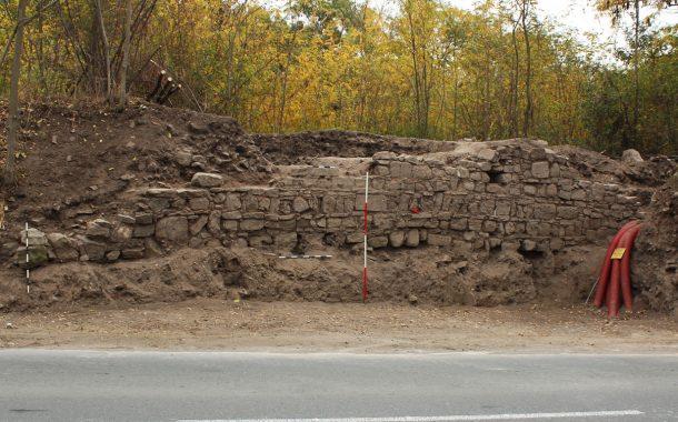 Археолози разкриха част от крепостната стена на Акве калиде край пътя Ветрен - Банево