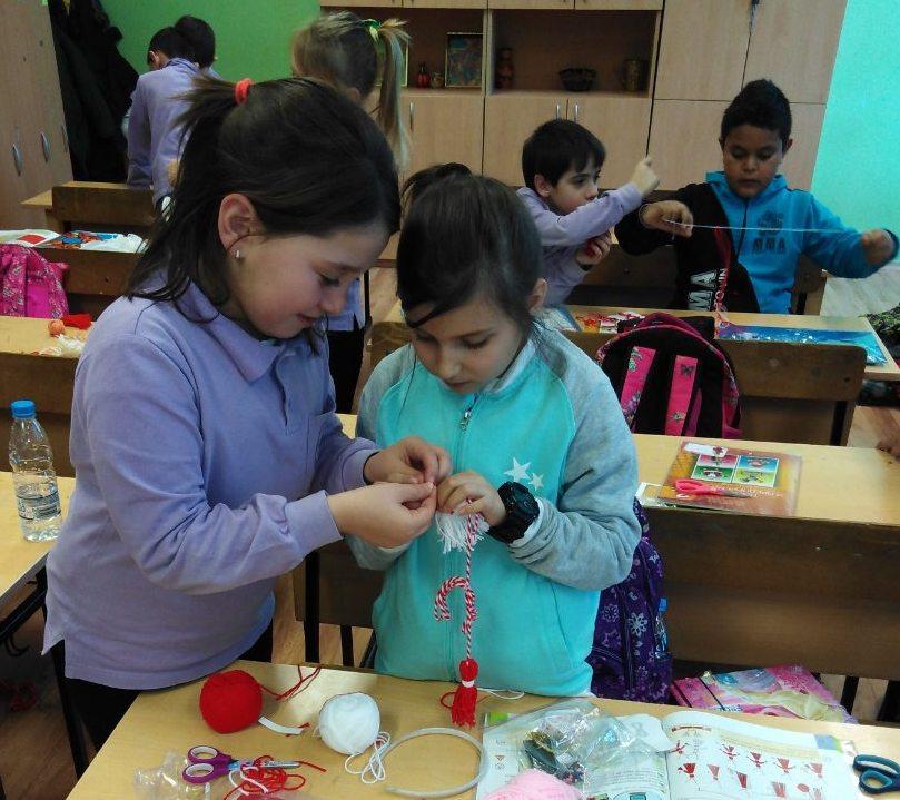 Красиви мартенички- дар за децата от дома в с. Атия