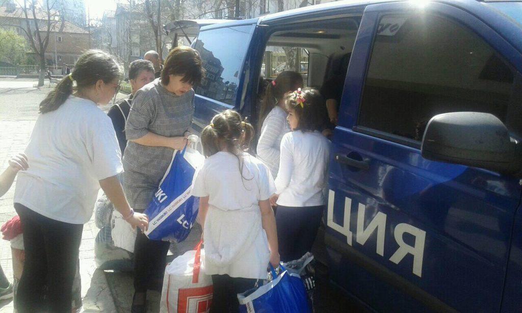 """5c27847b549 Малчуганите от трети """"А"""" клас на училище """"Яворов"""" държаха лично да помогнат  в изпращането на дарението към връстниците им от Центъра за работа с деца  от ..."""