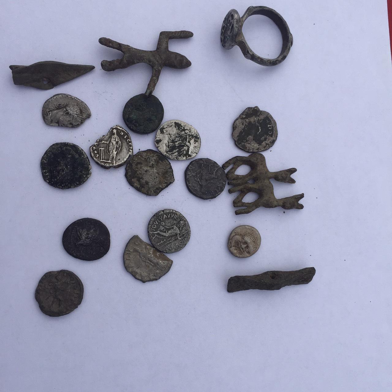 Бургаски полицаи откриха и иззеха близо 350 старинни монети и предмети