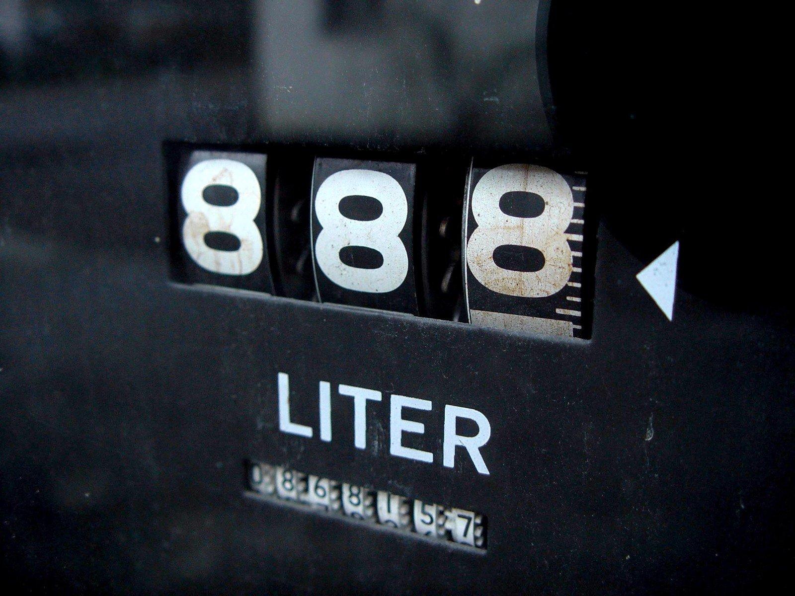 Бензин и дизел поскъпнаха с 12 стотинки