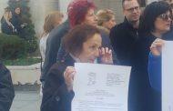 Медицински сестри протестират пред общината. Пуснаха сини балони за заминалите (СНИМКИ/ВИДЕО)