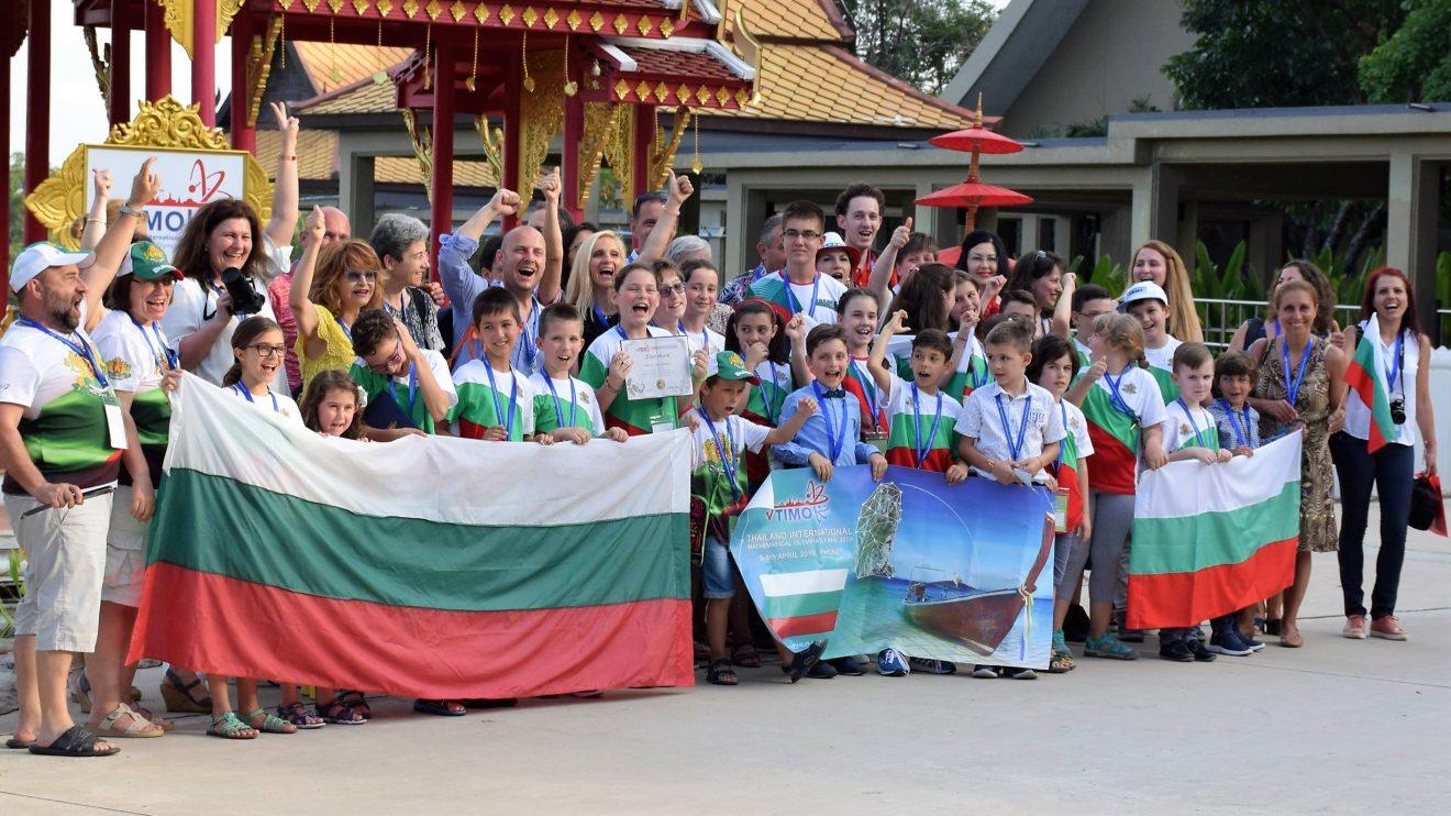 """Лъчезар Томов от детска градина """"Ханс Кристиян Андерсен"""" в Бургас се връща със златен медал от математическа олимпиада в Тайланд"""